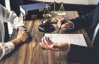 Asiste al abogado del demandante